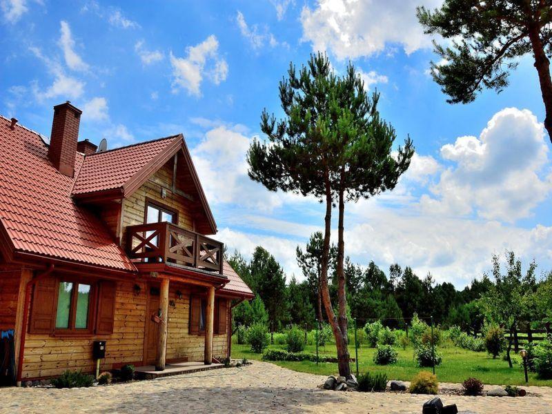drewniany domek idrzewa